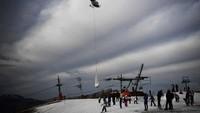 Resor ski yang kehilangan salju ini bernama Superbagneres yang berlokasi di Pyrenees, Prancis. Ada helikopter mengirimkan sekantung besar salju ke daerah itu, lalu membuangnya ke tanah (Foto: CNN)
