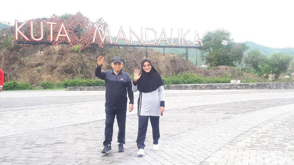 Ditemani Istri, Maruf Olahraga Pagi di Pantai Kuta Mandalika
