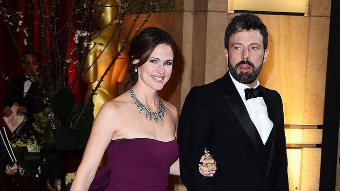 HOLLYWOOD, CA - FEBRUARY 24:  Actress Jennifer Garner (L) and actor/director Ben Affleck, winner of Best Picture for Argo, departs the Oscars at Hollywood & Highland Center on February 24, 2013 in Hollywood, California.  (Photo by Frazer Harrison/Getty Images)
