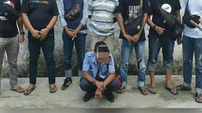 Polisi ciduk Kepala Unit PDAM di Bone yang diduga gelapkan setoran pelanggan. (Foto: Hermawan/detikcom)