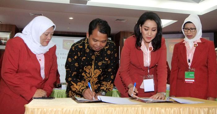 RAKER KOWANI I 2020  Ketua Umum Kongres Wanita Indonesia (Kowani) (tengah)  mou dengan Ketua Komisi Perlindungan Anak Indonesia (KPAI) Susanto (kiri) didampingi Sekjen Kowani Titien Pamudji (kanan) saat penandatangan MoU antara Kowani dengan KPAI dalam acara Orientasi Kelembagaan dan Rapat Kerja I Kowani 2020 di Kementerian Pemberdayaan Perempuan dan Perlindungan Anak, Jakarta, Rabu (19/2). MoU strategis dalam rangka untuk memberikan perlindungan masif pada anak dalam bahaya narkoba dan stunting atau bullying. FOTO : DWI PAMBUDO/RAKYAT MERDEKA