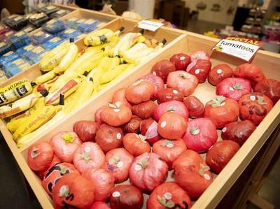 Toko Ini Pamerkan Makanan Berbahan Kantong Plastik, untuk Apa?