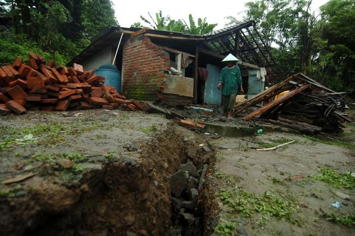 Tanah bergerak yang terjadi di Kabupaten Tegal membuat sejumlah rusak. Akibatnya warga pun terpaksa mengungsi ke tempat yang lebih aman.