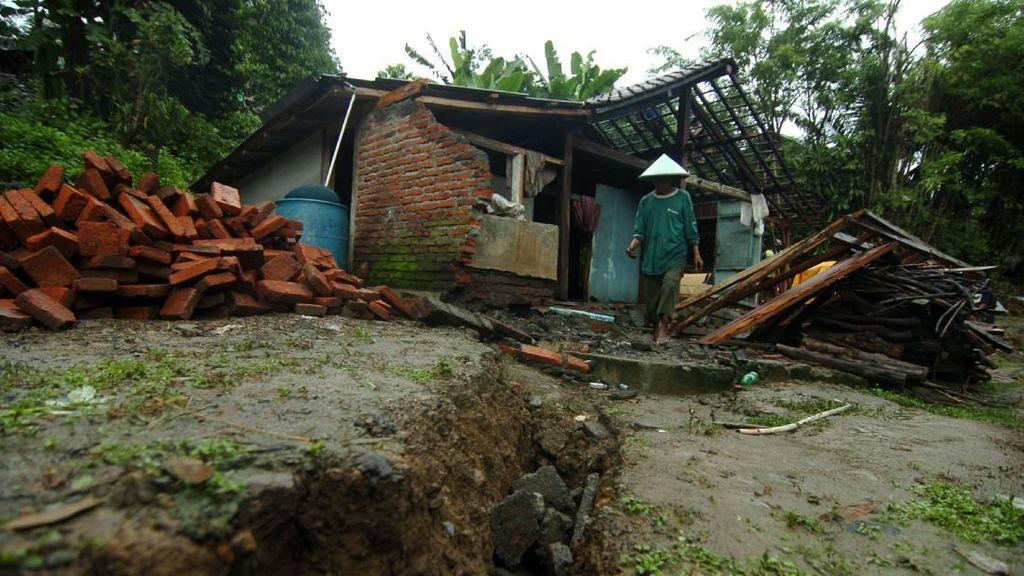 Penampakan Rumah Rusak Akibat Tanah Bergerak di Tegal