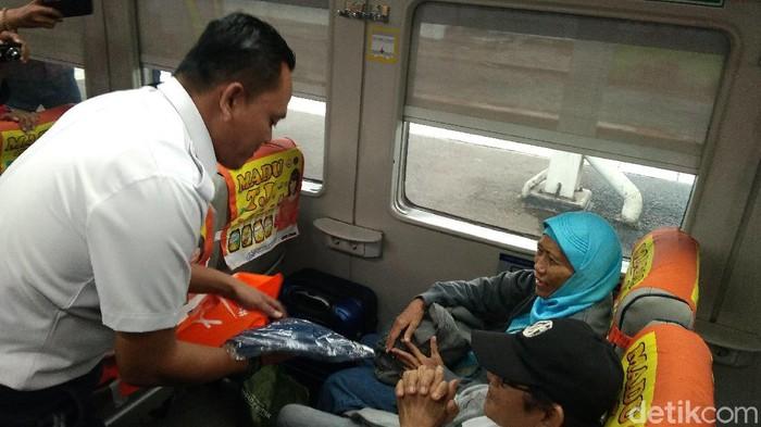 Tanggal cantik, PT KAI Daop 3 Cirebon beri hadiah spesial ke penumpang