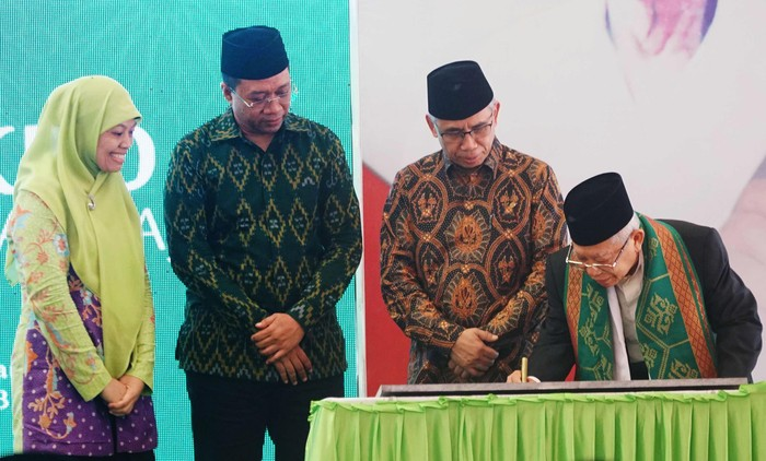 Wakil Presiden Ma'ruf Amin meresmikan Bank Wakaf Mikro (BWM) Ahmad Taqiuddin Mansur (ATQIA) di Pondok Pesantren NU Al-Manshuriyah Ta'limusshibyan, NTB, Kamis (20/2/2020).