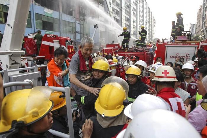 Kebakaran terjadi di sebuah gedung 12 lantai di Kota Yangon, Myanmar. Petugas pemadam kebakaran pun mengevakuasi warga yang terjebak di gedung tersebut.