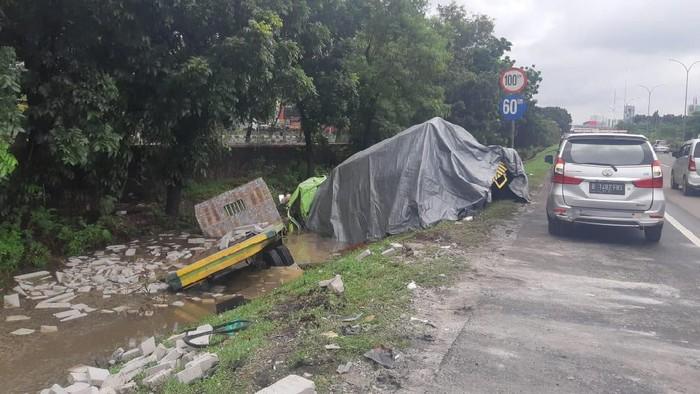 Evakuasi Truk Terperosok di Tol Tomang Selesai, Lalin Kembali Normal