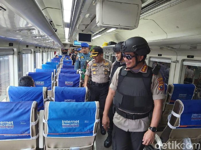 Polisi dan TNI Kota Malang mencegah adanya suporter yang berangkat ke Sidoarjo. Operasi penyekatan dilakukan di terminal bus dan stasiun kereta api.