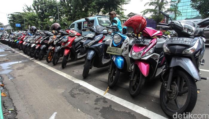 Pemprov DKI Jakarta menilai sering terjadi kesemrawutan parkir di Jalan Gajah Mada-Hayam Wuruk. Parkir ganijl-genap langsung diberlakukan.