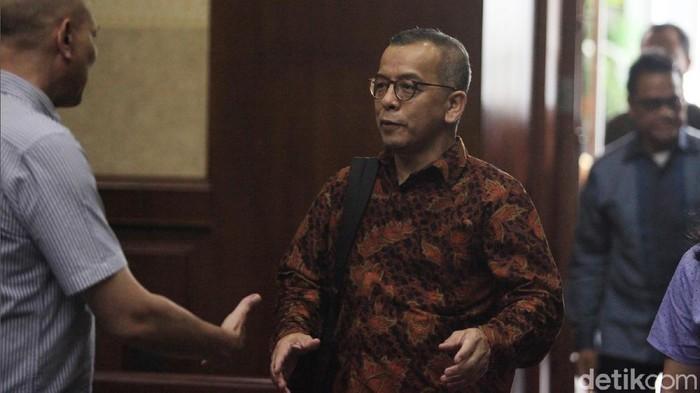 Terdakwa kasus suap pengadaan pesawat dan mesin pesawat Airbus S.A.S dan Rolls-Royce P.L.C pada Garuda Indonesia Emirsyah Satar (berbatik coklat) dan Soetikno Soedarjo (berbatik biru) menjalani sidang lanjutan di Pengadilan Tipikor, Jakarta, Kamis (20/2/2020). Sidang tersebut beragenda pemeriksaan dua saksi yang dihadirkan jaksa KPK yakni mantan Manager Administrasi & Finance Connaught International Pte. Ltd.  Sallywati Rahardja (kiri) dan karyawan PT MRA, Rita Wahyuni.