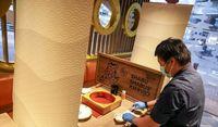 Cegah Virus Corona, Restoran di Hong Kong Pasang Sekat Kaca di Setiap Meja