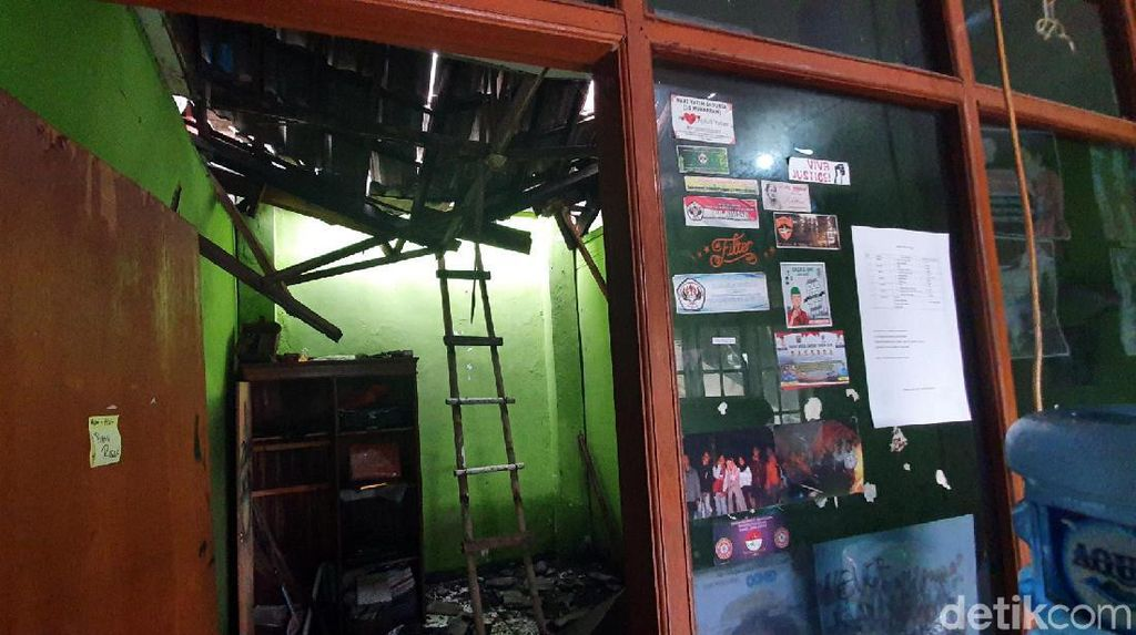 Atap Gedung Pemuda Kota Sukabumi Ambrol