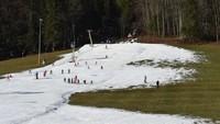 Pengambilan salju dari satu lokasi ke lokasi lain juga dilakukan panitia piala dunia ski lintas-negara bulan lalu di Nove Mesto na Morave, Republik Ceko. Mereka harus mempertebal jalur lintasan ski agar dapat melanjutkan kompetisi (Foto: CNN)
