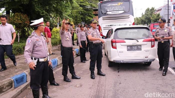 Lima orang yang mengaku Bonek diamankan polisi di Kabupaten Madiun. Mereka diamankan saat hendak ke Sidoarjo untuk menyaksikan final Piala Gubernur Jatim antara Persebaya vs Persija.