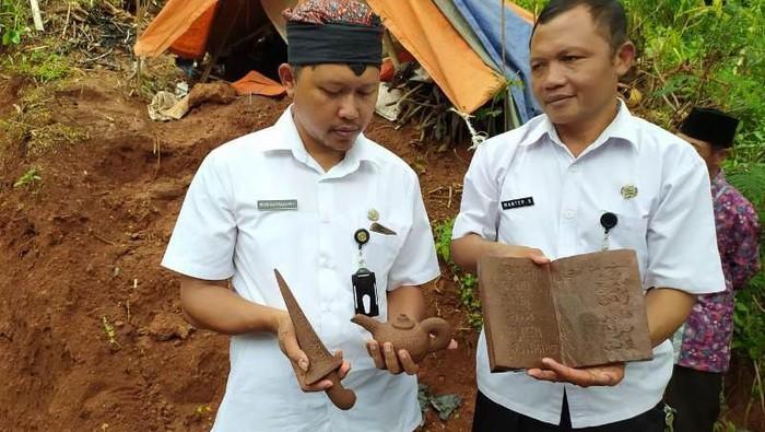 Temuan keris, teko, dan buku yang berbahan batu di Kabupaten Magelang, Kamis (20/2/2020).
