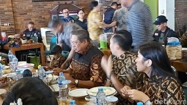 Ditemani Ibas Pulang ke Pacitan, SBY Mampir Santap Ayam Goreng Sukoharjo