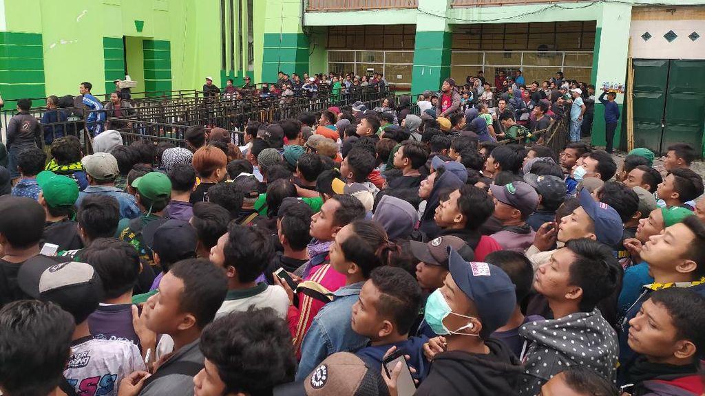 Ribuan Suporter Antre Tiket Laga Persebaya vs Arema Final Piala Gubernur Jatim