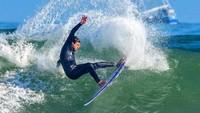 Peselancar Ini Takjub dengan Kawanan Hiu yang Mengepungnya Saat Surfing