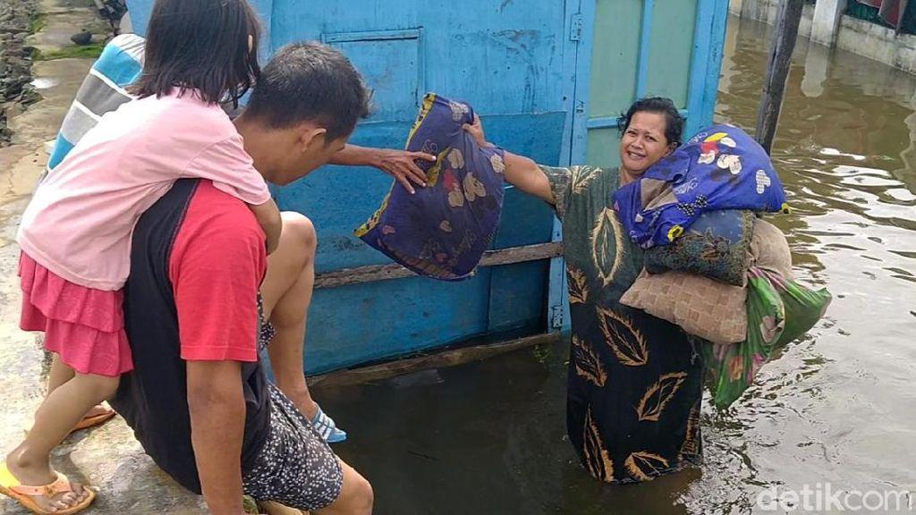 Banjir Mulai Surut, Warga Pekalongan Bersih-bersih Rumah