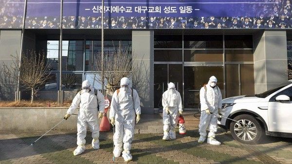 Daegu merupakan kota keempat terbesar di Korea Selatan dengan sekitar 2,5 juta penduduk. Tak sedikit ruang pubik seperti perpustakaan hingga sekolah yang dihentikan operasionalnya sementara waktu (Lee Moo-ryul/Newsis via AP)