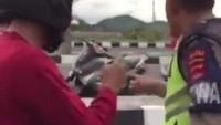Viral: Ditilang karena Masuk Jalur Cepat, Pemotor: Saya Cepat Kok, Pak