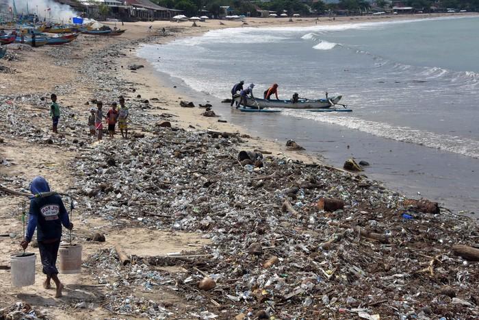 Tumpukan sampah terlihat di pinggir Pantai Kedonganan Bali. Keberadaan sampah-sampah itu membahayakan karena dapat merusak lingkungan dan ekosistem laut.