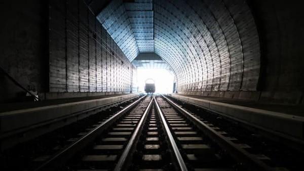 Ketika melewati Gotthard Base Tunnel, tidak ada lagi pemandangan dari ketinggian. Suhu di dalamnya bisa mencapai 40 derajat celcius (Foto: CNN)