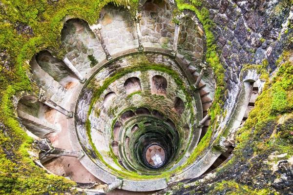 Sintra dikenal memiliki situs UNESCO yang unik dan misterius yaitu kastil Quinta da Regaleira yang memiliki sumur berbentuk menara terbalik. Sumur yang disebut sebagai Sumur Inisiasi itu tak pernah terisi air dan disebut menjadi bagian ritual misterius pada tahun 1139.Foto: (iStock)