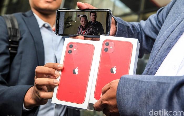 Masyarakat Anti Korupsi Indonesia (MAKI) gelar sayembara mencari Nurhadi-Harun Masiku. Ada dua iPhone 11 bagi informan yang tahu keberadaan 2 buronan KPK itu.