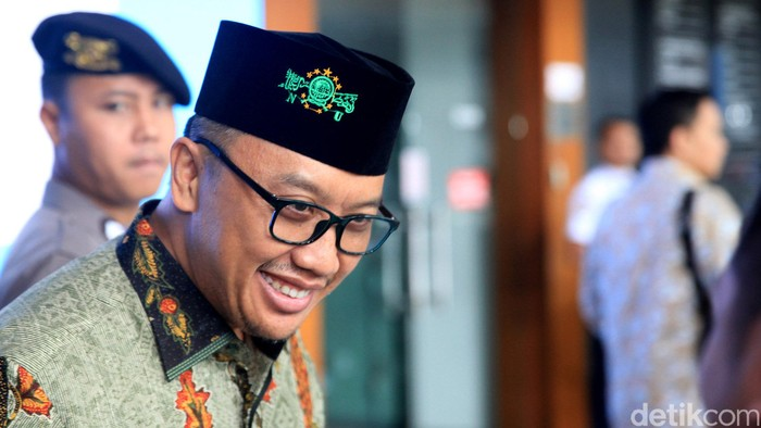 Ada yang berbeda dari penampilan Imam Nahrawi saat jalani sidang lanjutan di Pengadilan Tipikor, Jakarta. Ya, ia terlihat mengenakan peci bertuliskan 'NU'.