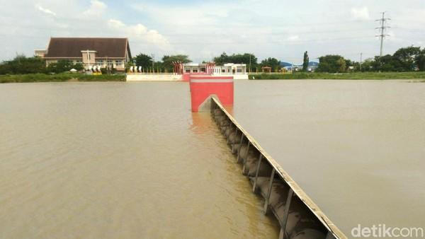 Agar dapat berfungsi maksimal kembali, Banjir Kanal Barat pun dinormalisasi sampai selesai tahun 2013. Kini, BKB yang sudah rapi jadi destinasi wisata yang ngehits. (Angling Adhitya Purbaya/detikcom)