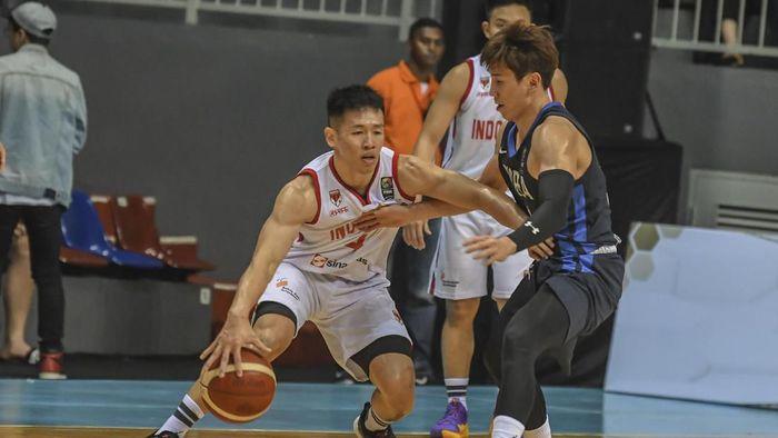Pebasket Indonesia Grahita (kiri) mencoba melewati pebasket Korea Selatan Moon S G (kanan) pada pertandingan kualifikasi FIBA Asia Cup 2021 di Mahaka Arena, Jakarta, Kamis (20/2/2020).  ANTARA FOTO/Muhammad Adimaja/aww.