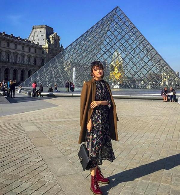 Bergaya di depan Museum Louvre di Paris (carlayules/Instagram)