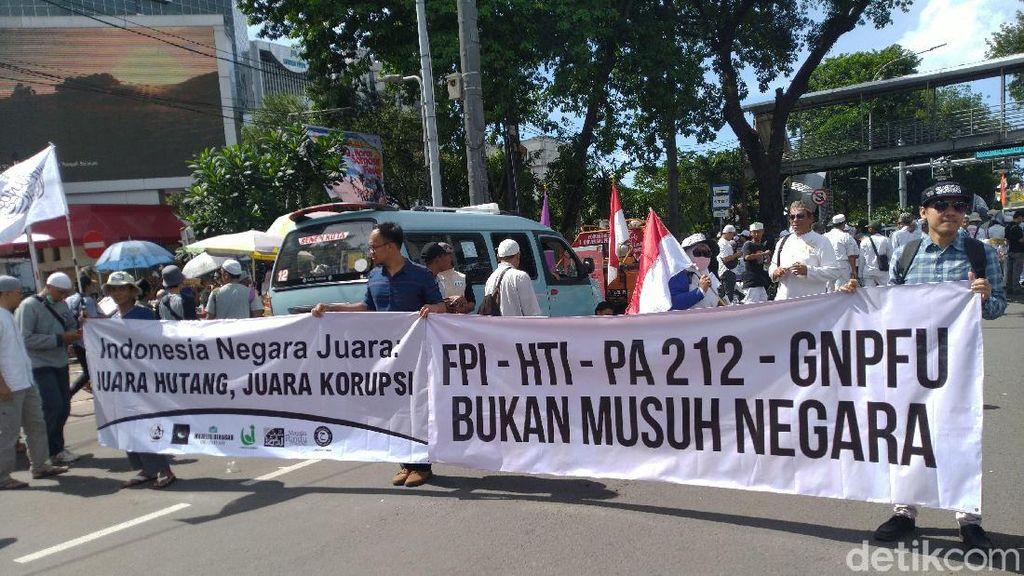 Massa Bawa Spanduk FPI-HTI Bukan Musuh Negara di Aksi 212