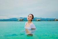 Tatapan seksinya berenang di laut biru nan jernih di pulo Cinta. Memang Pulo Cinra terkenal dengan Maldive nya Indonesia. (marshanda99/Instagram)