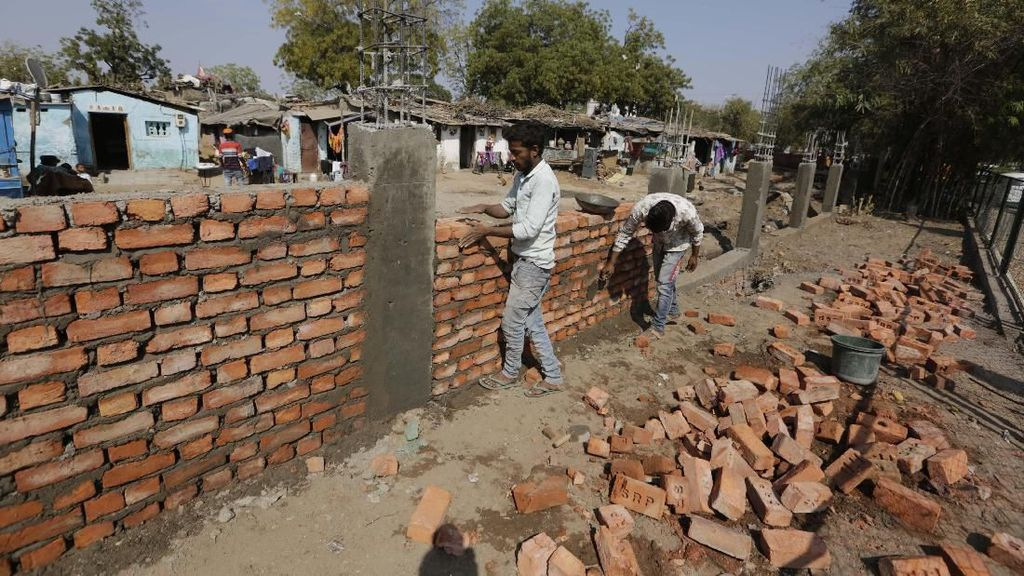 Demi Trump, India Bangun Tembok Tutupi Daerah Kumuh