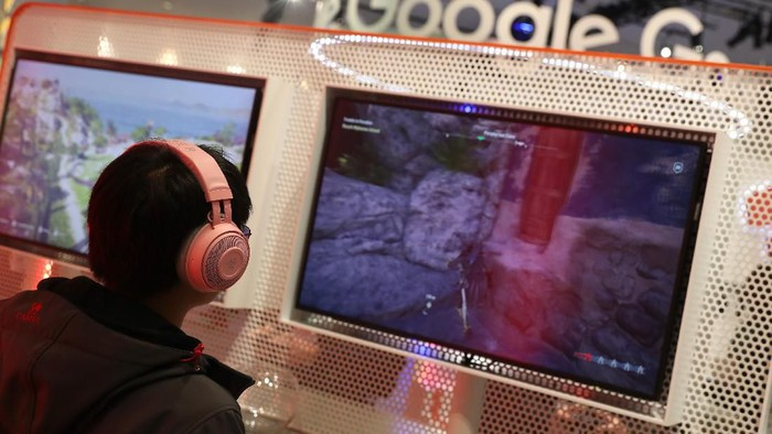SAN FRANCISCO, CALIFORNIA - MARCH 20: Attendees play games on the new Stadia gaming platform at the Google booth at the 2019 GDC Game Developers Conference on March 20, 2019 in San Francisco, California. The GDC runs through March 22. (Photo by Justin Sullivan/Getty Images)