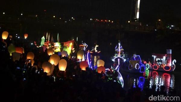 Dengan adanya Semarang Bridge Fountain, traveler bisa melihat air mancur menari warna-warni. Di sini juga beberapa kali diselenggarakan festival Banjir Kanal Barat dengan acara parade perahu hias di dalamnya. (Angling Adhitya Purbaya/detikcom)