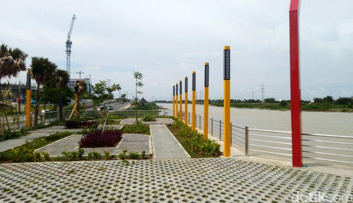 Banjir Kanal Timur tak hanya jadi area hijau dan saluran air di Semarang. Kawasan itu juga jadi tempat wisata menarik lho di Semarang. Penasaran? Yuk, lihat.