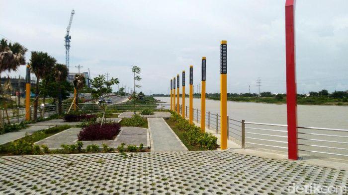 Banjir Kanal Barat tak hanya jadi area hijau dan saluran air di Semarang. Kawasan itu juga jadi tempat wisata menarik lho di Semarang. Penasaran? Yuk, lihat.