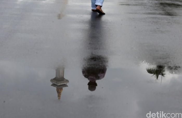 Persaudaraan Alumni (PA) 212 akan menggelar aksi di kawasan Monas, Jakarta. Awan mendung dan hujan tampak mengguyur kawasan Monas.
