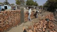 Jelang Kunjungan Trump, India Bangun Tembok Untuk Tutupi Daerah Kumuh