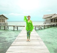 Berbaju hijau, senyuman manis Marshanda begitu cantik di Pulo Cinta. Liburannya pasti menyenangkan. (marshanda99/Instagram)