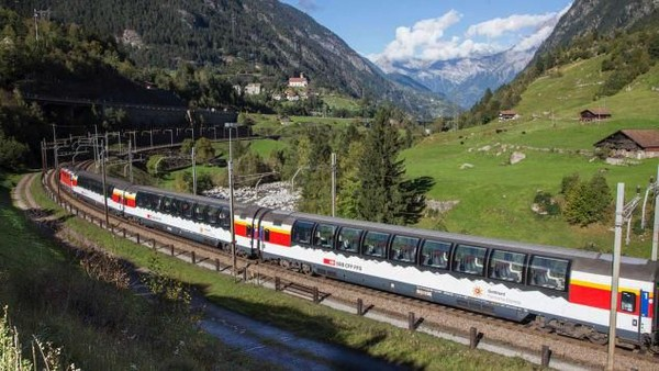 Jika melalui Gotthard Base Tunnel, kereta menghindari jalur spiral dari rute gunung tua, memperpendek jarak sejauh 40 kilometer. Waktu perjalanan yang lebih pendek berarti jumlah penumpang bisa meningkat 30% setelah dibuka (Foto: CNN)