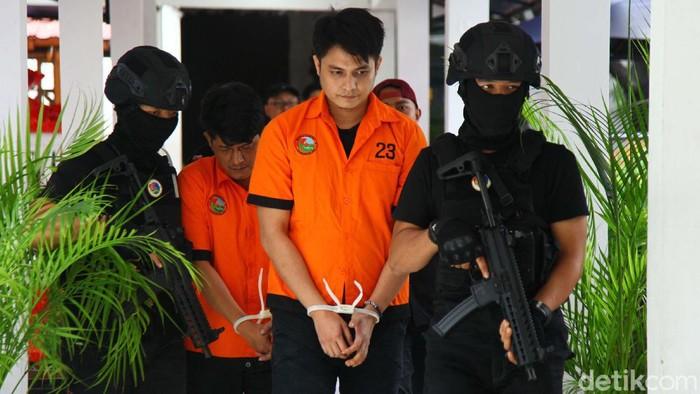 Polisi menetapkan artis Aulia Farhan atau Farhan Petterson sebagai tersangka kasus narkoba. Saat ditunjukan kepada wartawan, Aulia tampak tertunduk malu.