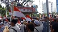 Aksi 212 di Monas, Massa Bawa Spanduk Tumbangkan Rezim Korup!