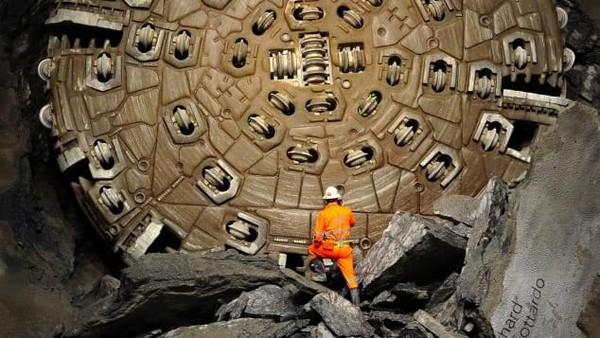Namanya Gotthard Base Tunnel yang membentang sejauh 57 kilometer.Lebih dari 2.500 orang mengerjakan konstruksinya,mengeruk 30 juta ton granit, memasang hampir 402 kilometer rel baja, memasang ribuan kilometer kabel untuk sistem kelistrikan, pensinyalan, dan sistem komunikasi (Foto: CNN)
