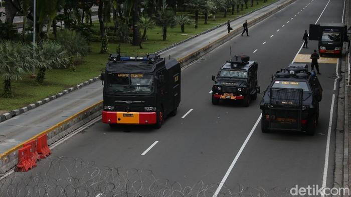 Pengamanan aksi 212 mulai diperketat. Polisi pun melakukan penutupan beberapa ruas jalan di sekitar Monas.