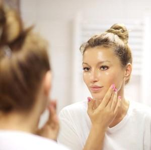 Tren Skincare dengan Kandungan Propolis, Cocok untuk Kulit Berjerawat